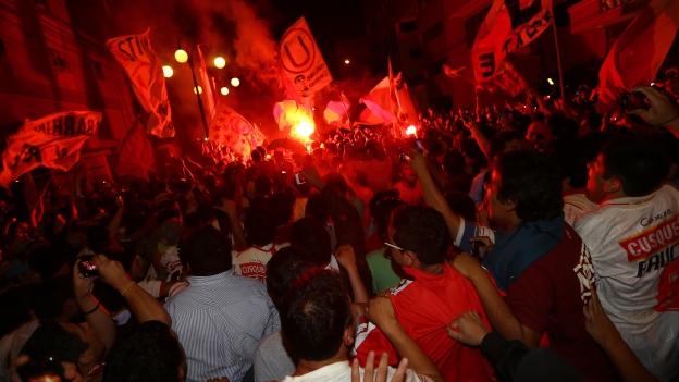 Universitario y el banderazo de su hinchada previo al for Murales trinchera u norte