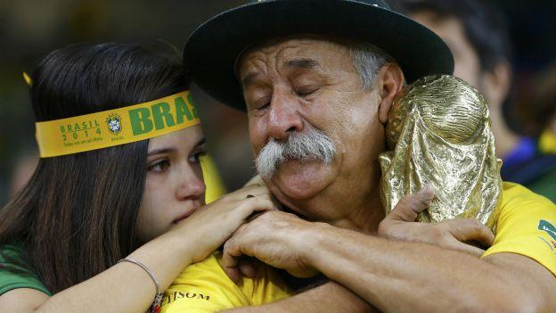Esta es la imagen de la tristeza de Clovis Fernandes luego de ver perder a Brasil ante Alemania (Reuters).