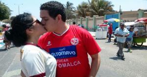 Los dos equipos disputarán un partido de infarto, pero esta pareja supera la diferencia de camisetas (Daniel Guerrero).