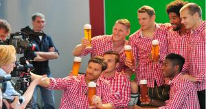Los jugadores del Bayern Munich se reunieron en una divertida sesión de fotos por la fiesta del Oktoberfest. (@FCBayernES)