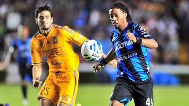 Ronaldinho debutó con Querétaro pero falló un penal ante Tigres