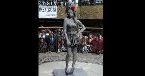 1. Amy Winehouse: Acaba de develarse en Camdem Town una estatua de bronce en su honor. Este conocido barrio inglés fue su hogar por muchos años. (Fuente: Independent)