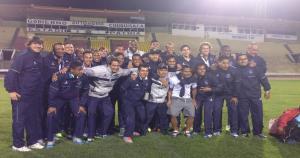 El plantel de Vallejo se junta para la foto del recuerdo en el estadio Patria de Sucre. (Fotos Fidel Montalvo)