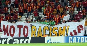 La hinchada del Galatasaray hizo un llamado contra el racismo. (Getty Images)