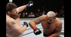 Roy Nelson y Mark Hunt se enfrentaron en la pelea estelar del UFC Fight Night 52 en Japón. (Getty)