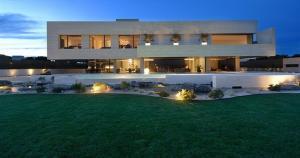 Esta es la mansión de Cristiano Ronaldo. Aquí vive con su hijo y fue construida por el delantero portugués.