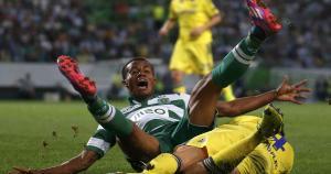 André Carrillo cae aparatosamente en una acción con Cesc Fabregas. (Reuters)