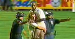 En 1996 Cuto Guadalupe fue retirado del campo por Alex Rossi. El defensa fue expulsado y se fue llorando y gritando. (USI)