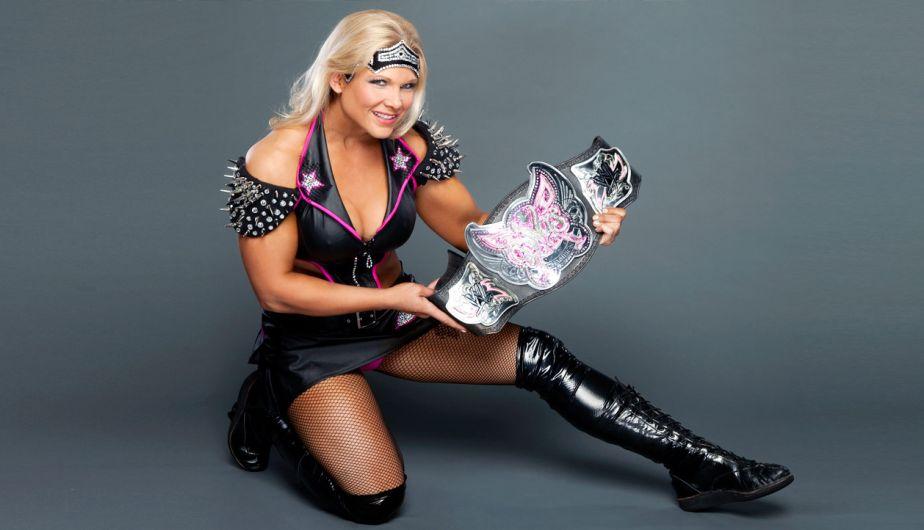 1. Beth Phoenix llegó a la empresa en 2004, pero debutó un 8 de mayo de 2006, durante un episodio de Raw. La luchadora ayudó esa noche a un ícono de las Divas, Trish Stratus. (WWE).