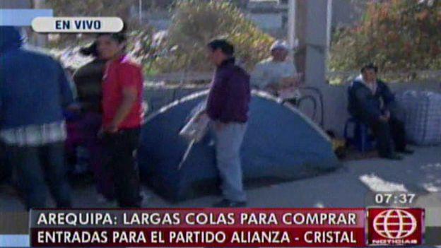 Los hinchas acamparon en el estadio de Arequipa. (América TV)