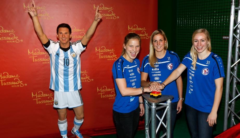 Seleccionadas alemanas posan con la figura de cera de Lionel Messi en el Madame Tussauds. (GettyImages)