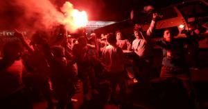 Los hinchas de Sporting Cristal recibieron al plantel con banderolas y bengalas. (Fernando Sangama)