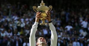 Tenis: Novak Djokovic sostiene la copa tras vencer a Roger Federer en la final de Wimbledon. (AP)