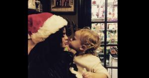 Selena Gómez mostró su lado más tierno en esta foto. La cantante demostró que el encanta la Navidad. (Instagram/S.Gómez) / (MRM)