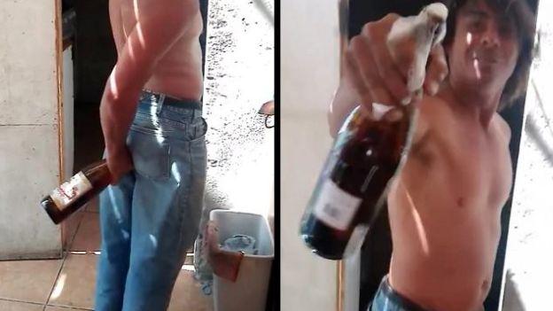 Vertiendo cerveza en su culo