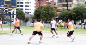 El capitán de Sporting Cristal, Carlos Lobatón, demostró que la conoce en el básquet. (Sporting Cristal)