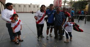 Masakatsu Sawa fue el más pedido para las fotos en la llegada del plantel de Municipal al estadio. (Eddy Lozano)