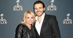 Britney Spears llegó acompañada de Charlie Ebersol. (AP)