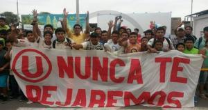 Los hinchas de Universitario de Deportes llegaron en mancha al aeropuerto de Piura. (Universitario)