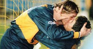 Diego Maradona y Claudio Caniigia protagonizaron una de las celebraciones más polémicas en Argentina. Se dieron un beso en la boca. (Internet)