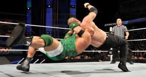 Ryback se enfrentó a Kane y The Big Show sobre el ring de Smackdown. (WWE)