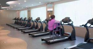 Esta persona que prefiere colocar las sillas en los bordes y solo mover los pies sentada. (Difusión)