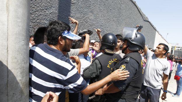 Los hinchas de Alianza Lima tuvieron que ser calmados por la Policía. (Melissa Laguna/Jesús Mestas)
