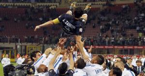 Javier Zanetti jugó 858 partidos con el Inter y el club retiró el número 4. (Agencias)
