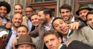 Claudio Pizarro se divirtió al lado de Thiago Alcántara y compañía (Twitter Bayern Munich).