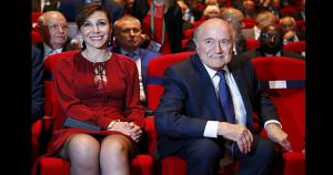 Joseph Blatter apareció muy feliz junto a su bella novia. (AFP)