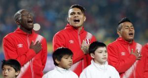 La Selección Peruana se lució muy motivada desde el inicio y entonó el himno a todo 'pulmón'. (AFP)