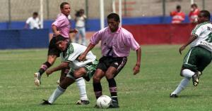 Los 100 goles de Carlos Lobatón. Desde 1998 hasta el 2001, 'Loba' vistió la rosada. (USI)
