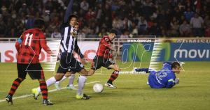 Preciso momento en que Omar Fernández superar a Leao Butrón para marcar el primero de Melgar. (Omar Cruz)