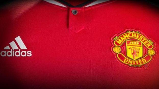 Manchester United  camiseta para mujeres causa polémica y la consideran   sexista  fc7e0179cf7e0