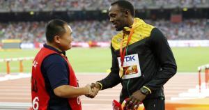 Usain Bolt, la leyenda de las pistas, se amistó con el camarógrafo que lo atroplelló en el Mundial de Atletismo 2015 luego de recibir su medalla. (Reuters)