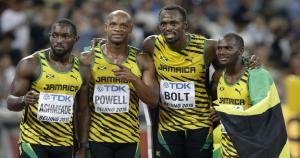 Nickel Ashmeada, Asafa Powell, Usain Bolt y Nesta Carter posan junto con la bandera de Jamaica en el Mundial de Atletismo 2015. (AP)