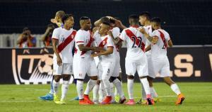 La Selección Peruana celebra el gol de Daniel Chávez. (Reuters)