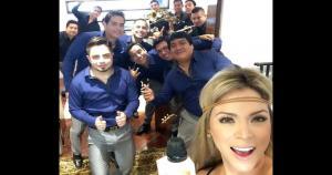 Por lo general, después de alguna reunión o celebración, la foto grupal nunca está ausente. Como aquí, donde vemos a Sheyla Rojas junto a los Hermanos Yaipen. (@sheylarori)