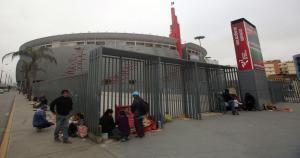 Así lucen los alrededores del estadio nacional por gente que quiere una entrada para el Perú vs. Chile. (USI)