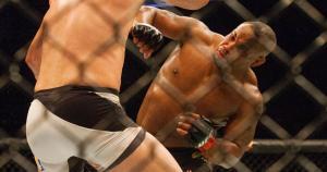 Daniel Cormier venció por decisión dividida a Alex Gustafsson. Así sigue como monarca de los semicompletos en la UFC. (AP)