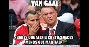 Louis Van Gaal arrepintiéndose tras la compra de Anthony Martial. Alexis costó menos. (MemesDeportes)