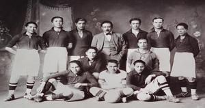 1. En 1902, el inglés William H. Newell, junto a otros británicos que llegaron al Cusco, fundaron Cienciano en el Colegio Nacional de Ciencias del Cusco. (Martín Chambi)
