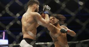Benson Henderson se impuso por decisión unánime a Jorge Masvidal en el peso wélter. (AP)