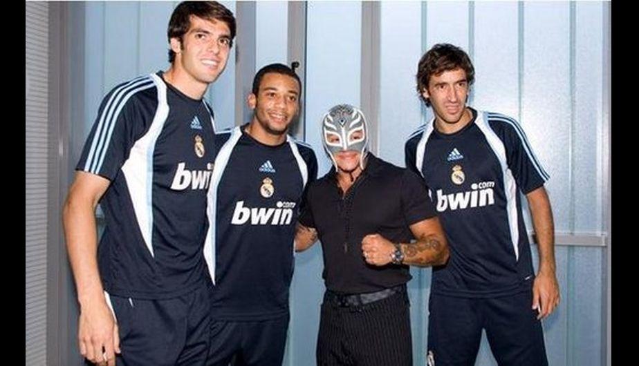 Rey Mysterio es hincha del Real Madrid y posó junto a Kaká, Raúl y Marcelo. (WWE)