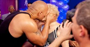 The Rock y Mae Young. (WWE)