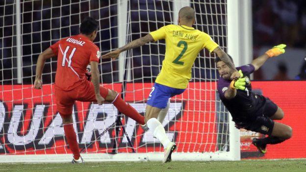 Gol, polémica y Perú está clasificado