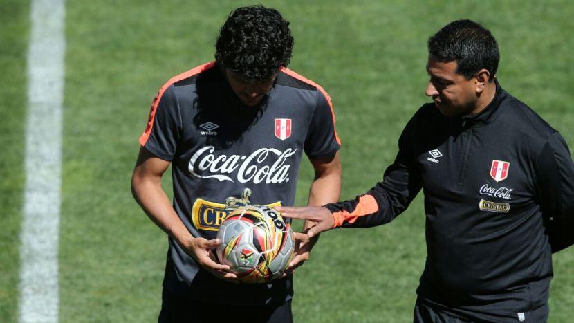 Selección Peruana  jugadores sorprendidos con la pelota que usarán en La  Paz ante Bolivia c8d29bfda9062