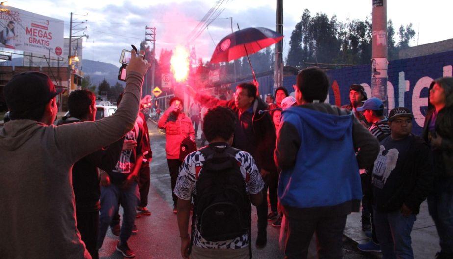 La hinchada de Alianza Lima acompañó a su equipo en su llegada a Cajamarca. (Luis Padilla)