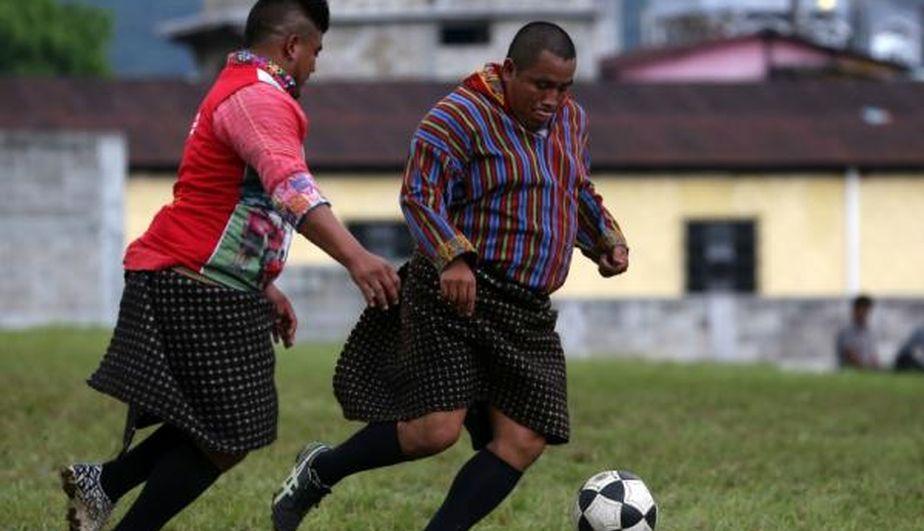Xejuyup, el equipo de Guatemala que juega al fútbol en falda. (EFE)